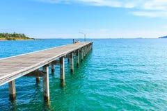 Embarcadero de madera con el mar y el cielo azules Imágenes de archivo libres de regalías