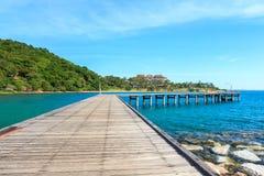 Embarcadero de madera con el mar y el cielo azules Imagen de archivo