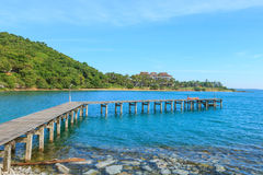 Embarcadero de madera con el mar y el cielo azules Fotos de archivo