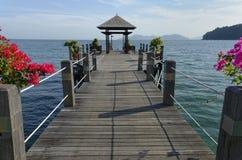 Embarcadero de madera con el pabellón sobre el océano Fotografía de archivo libre de regalías
