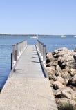 Embarcadero de madera con el río de Mandurah, Australia occidental Imagen de archivo libre de regalías