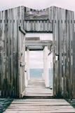 Embarcadero de madera con la puerta de madera en el mar del Caribe Foto de archivo libre de regalías