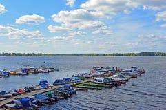 Embarcadero de madera con los botes pequeños atracados a él Samara, Rusia, el río Volga imagenes de archivo