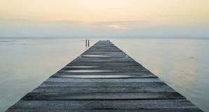 Embarcadero de madera en el amanecer foto de archivo