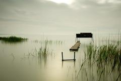 Embarcadero de madera en el lago fotografía de archivo libre de regalías
