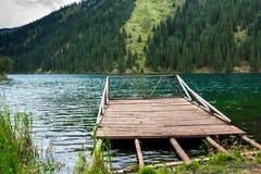 Embarcadero de madera en el lago de la montaña Fotos de archivo libres de regalías