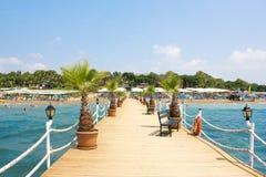 Embarcadero de madera en el mar a la playa en Turquía imagenes de archivo