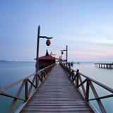 Embarcadero de madera en la isla del mabul que mira a través del océano a sipadan fotos de archivo libres de regalías