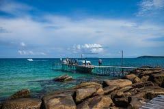 Embarcadero de madera en la playa tropical hermosa en Koh Kood Island, Thailan Foto de archivo libre de regalías
