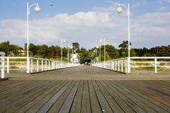 Embarcadero de madera en Polonia en Jurata Imagen de archivo libre de regalías
