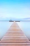 Embarcadero de madera en una atmósfera fría. Costa toscana. foto de archivo libre de regalías