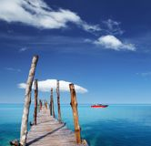 Embarcadero de madera en una isla tropical fotografía de archivo