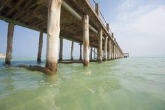 Embarcadero de madera en una playa tropical de la isla Foto de archivo