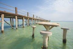 Embarcadero de madera en una playa tropical de la isla Foto de archivo libre de regalías