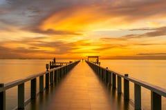 Embarcadero de madera entre la puesta del sol en Phuket, Tailandia Fotos de archivo
