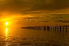 Embarcadero de madera entre la puesta del sol en Phuket, Tailandia Fotografía de archivo libre de regalías