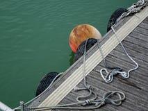 Embarcadero de madera flotante con las defensas imagen de archivo libre de regalías