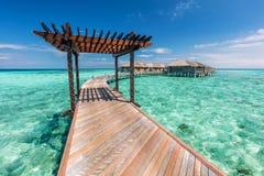 Embarcadero de madera hacia los chalets del agua en Maldivas fotos de archivo libres de regalías