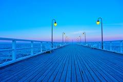 Embarcadero de madera hermoso en la puesta del sol Foto de archivo libre de regalías