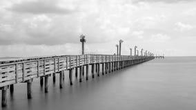 Embarcadero de madera de la pesca en el portero del La, Tejas, los E.E.U.U. en la exposición larga, b imagenes de archivo