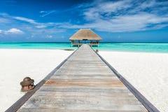 Embarcadero de madera que lleva a la casa de campo de la relajación Vea en las islas de Maldives del aeroplano fotos de archivo libres de regalías