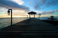 Embarcadero de madera silueteado Fotografía de archivo libre de regalías