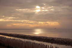 Embarcadero de madera simple largo que lleva en el océano azul en el golfo de Tailandia con salida del sol Imagen de archivo