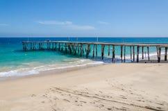 Embarcadero de madera simple largo que lleva en el océano de los azules turquesa en Angola imagenes de archivo
