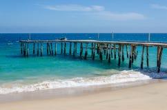 Embarcadero de madera simple largo que lleva en el océano de los azules turquesa en Angola Imágenes de archivo libres de regalías
