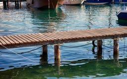 Embarcadero de madera sobre el agua en puerto Fotos de archivo