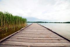 Embarcadero de madera sobre el lago Imágenes de archivo libres de regalías