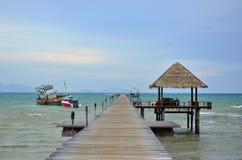 Embarcadero de madera sobre el mar Foto de archivo libre de regalías
