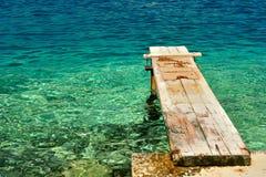 Embarcadero de madera sobre el mar adriático hermoso. Korcula, Croacia Foto de archivo libre de regalías
