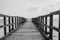 embarcadero de madera torcido foto de archivo libre de regalías