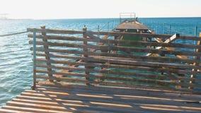 Embarcadero de madera viejo destruido en el mar Marco de acero oxidado, reparación metrajes