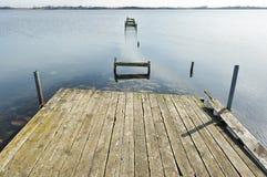 Embarcadero de madera viejo en el lago Imágenes de archivo libres de regalías