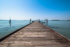 Embarcadero de madera viejo en Italia Venecia Fotos de archivo