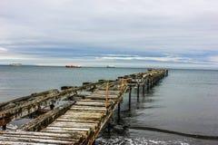 Embarcadero de madera viejo en la playa de Patogonia Fotos de archivo libres de regalías