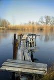 Embarcadero de madera viejo en un lago Foto de archivo