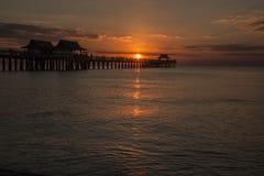 Embarcadero de Nápoles, la Florida en la puesta del sol Imagenes de archivo