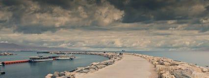 Embarcadero de piedra en la playa pública central en Eilat, Israel Imagenes de archivo