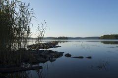 Embarcadero de piedra natural y el lago Fotos de archivo