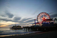Embarcadero de Santa Mónica en la puesta del sol Foto de archivo libre de regalías