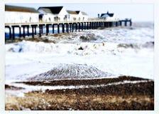 Embarcadero de Southwold y mar agitado en un día de invierno frío Imagen de archivo libre de regalías