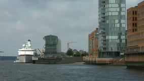 Embarcadero de ultramar viejo de Hamburgo con ms Deutschland almacen de metraje de vídeo