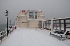 Embarcadero de Worthing en la nieve Imágenes de archivo libres de regalías