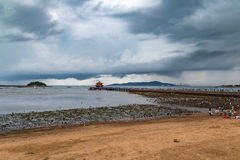 Embarcadero de Zhanqiao debajo de un cielo tempestuoso en verano, Qingdao Imagenes de archivo