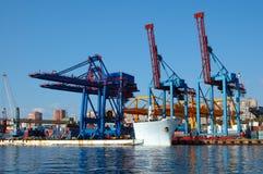 Embarcadero del envío (etapa) en el puerto ruso. Imagen de archivo