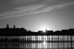 Embarcadero del mar en la puesta del sol Fotos de archivo libres de regalías