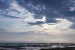 Embarcadero del mar y cielo nublado fotografía de archivo